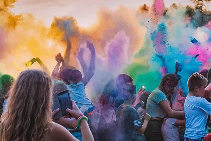 День переповнений яскравими кольорами — це Color Fest у Вроцлаві
