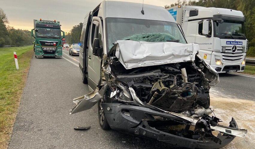 В Польщі бус з українцями врізався у вантажівку [+ФОТО]