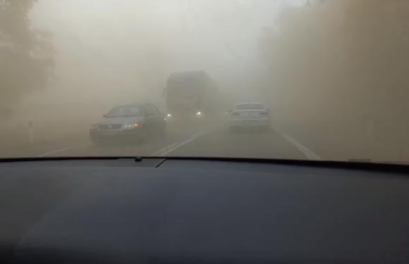 Через сильний вітер дороги в Польщі перетворилася на пустелю [+ВІДЕО]