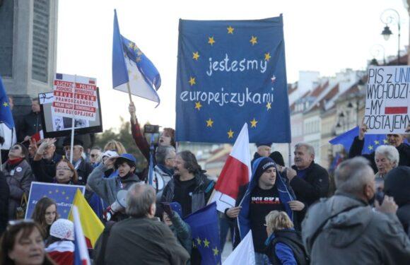 В Польщі пройшла хвиля протестів під гаслом «Польща залишається в ЄС» [+ВІДЕО]